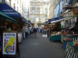 Dans une rue de Paris, les commerces s'approprient l'espace public