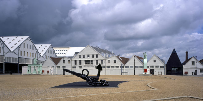 "Black point sur le blanc ""Chatham Historic Dockyard"""