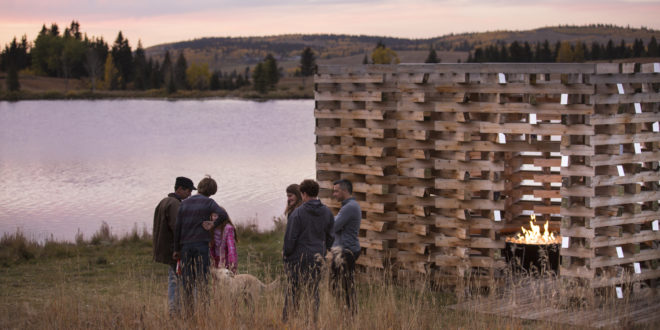 """Le """"Carraig Ridge Fireplace"""" est un """"coin du feu"""" au bord d'un lac"""